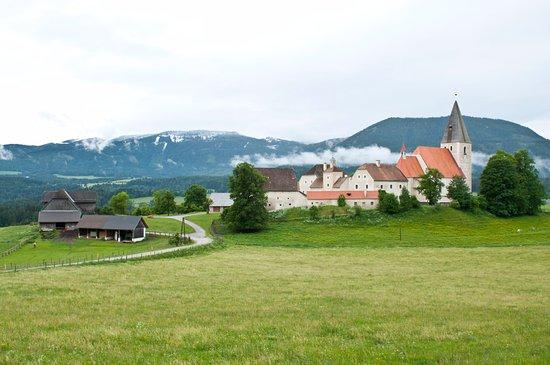 Styria, Österrike: Mariahof mit seiner Wehrkirche
