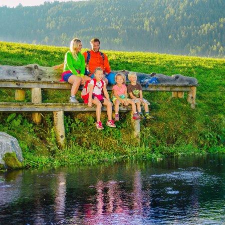 Styria, Österrike: Familienurlaub ist etwas besonderes im Naturpark, hier bei der Ursprungsquelle in der Zeutschach