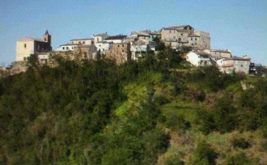 Castiglione Messer Raimondo, Italy: La vista di Appignano dal sito del Convento !