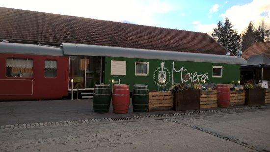 Stainz, Austria: Schankwagen mit Stehbaar davor