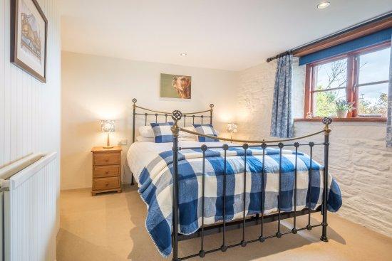 Kirkoswald, UK: Inglewood Cottage - King bedroom with en-suite shower room.