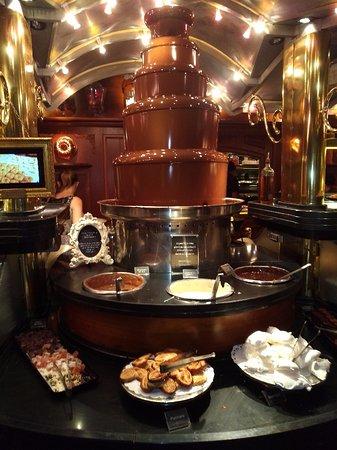fontaine de chocolat photo de les grands buffets narbonne tripadvisor. Black Bedroom Furniture Sets. Home Design Ideas