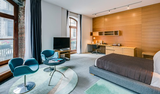 Hotel Gault : Suite Corner - Luxurious Queen Size bed, comfortable workspace and high speed WIFI.