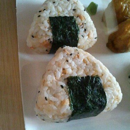 Sosushi Plus: Onigiri, triangoli di riso avvolti parzialmente da un alga. Possono contenere tonno, salmone e a