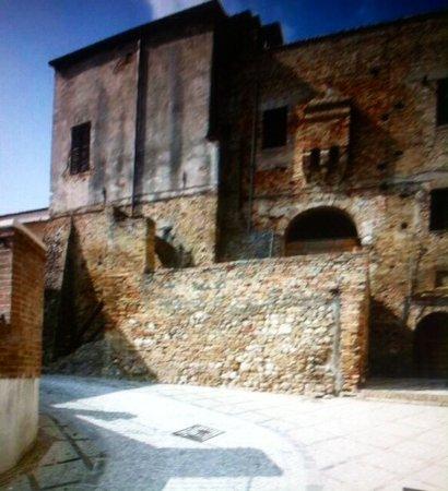 Castello degli Acquaviva .