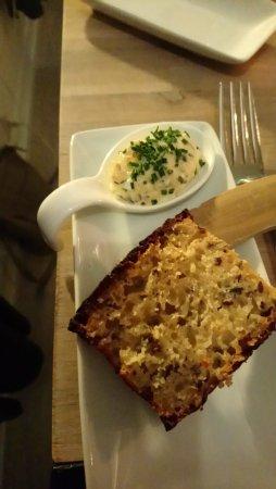 Skodsborg, Danmark: Lækkert lunt brød med varmrøget torsk. Mums