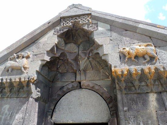 Aghnjadzor, Armenien: Il bellissimo portale. I 2 bassorilievi della facciata, sirena e toro,sono gli stemmi degli Orbe