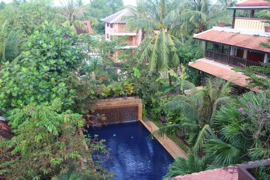 Siddharta Boutique Hotel: Uitzicht vanaf het restaurant op het zwembad