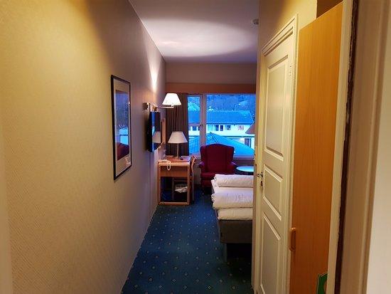 Rosendal, นอร์เวย์: Inn fra gang rom 302. Bad er hvit dør til høyre