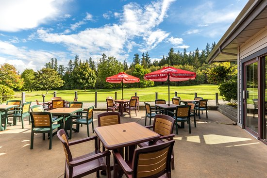 Sechelt, Καναδάς: Our sunny patio is a favourite spot Spring, Summer and Fall.