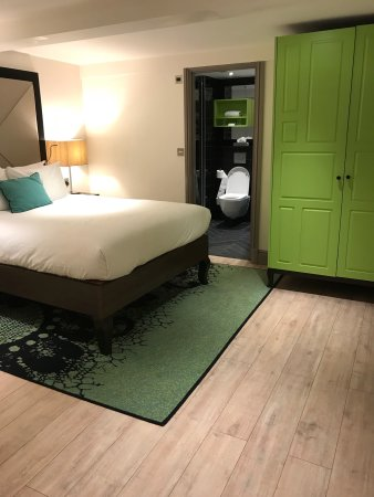 Hotel Indigo London Kensington : Nice superior room. Lower ground floor, spacious. Unfortunately just a tiny window looking inter