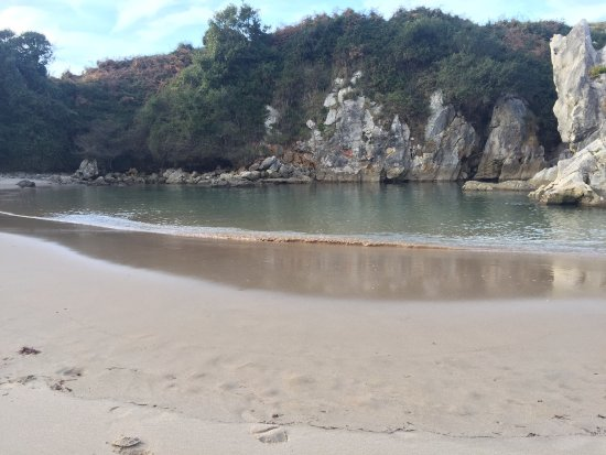 Playa de Gulpiyuri: photo1.jpg