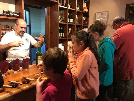 Alles, Spain: degustación de miel