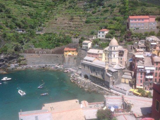 Vernazza Winexperience: Vista do Porto de Vernazza com a igreja Santa Margarita.