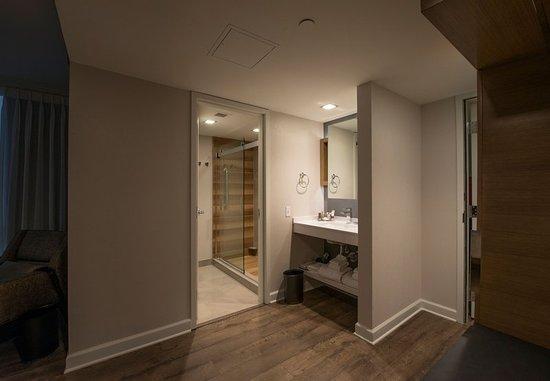 Minnetonka, MN: Executive King Guest Room - Bathroom