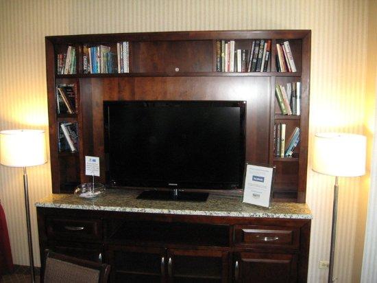 Lakewood, CO: Guests love watching the huge flatscreen HD TV