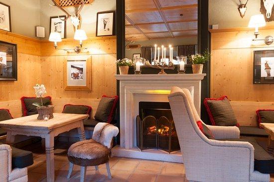 Hinterthal, Österreich: Bar with open plan fireplace