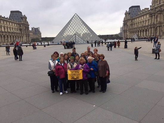 Sight Seeker's Delight Unique Walking Tours : The group at the Louvre.