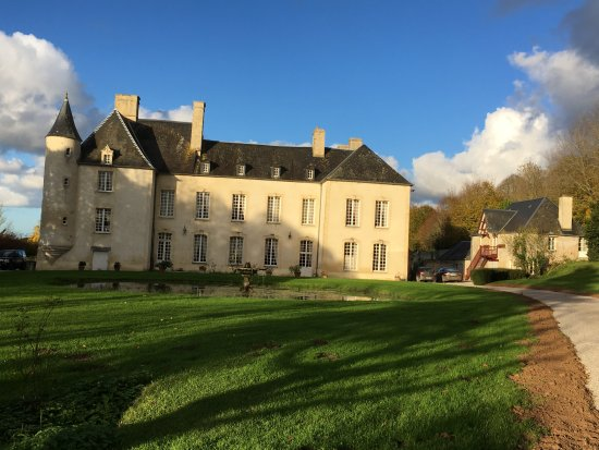 Asnieres-en-Bessin, France: Beautiful Chateau - lovely grounds.