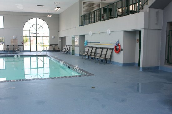 Holiday Inn Express and Suites Medicine Hat: Swimming Pool