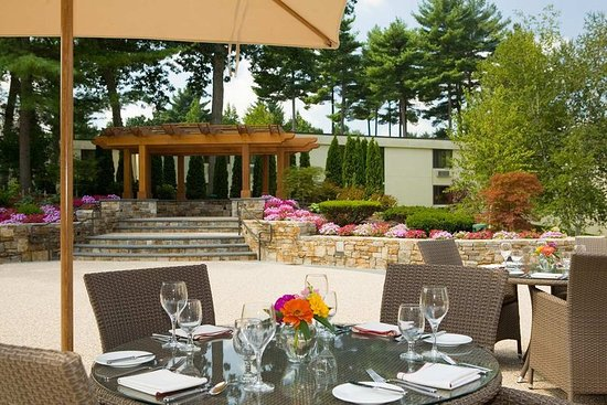 Bedford, MA: Terrace Dining