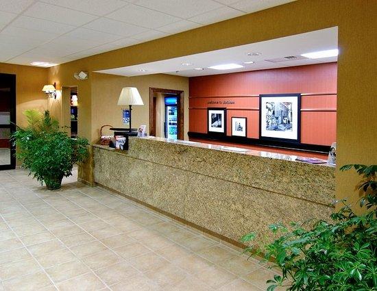 Hampton Inn & Suites Dothan: Front Desk