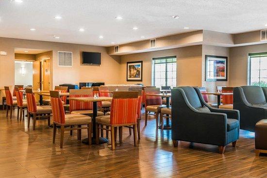 Comfort Inn & Suites: Spacious breakfast area