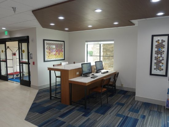 Holiday Inn Express and Suites Brentwood Business Center at Lobby