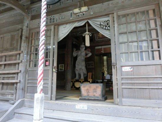 大堂右横の旧本堂 木像の仁王像...