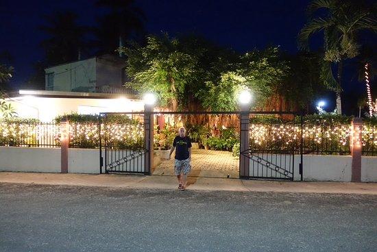 Kolonia, Mikronesiens federerade stater: Väntan på taxin som restaurangen beställde.