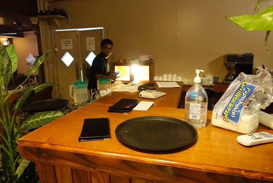 Kolonia, Mikronesiens federerade stater: Servitören vid restaurangen i anslutning till köket.
