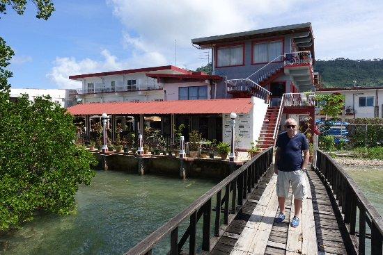 Truk Stop Hotel: Baksidan av hotellet finns en träbro ut till bryggan för hotellets båtar.