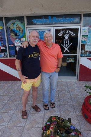 Truk Stop Hotel: Tillsammans med Bill Stinnet. Drev hotellet tidigare men nu lämnat över till dottern och svärson