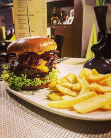 Ginsheim-Gustavsburg, Jerman: Black Angus Burger mit beef bacon