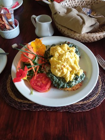Komatipoort, Afrika Selatan: Scrambled egg and creamed spinach on toast