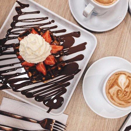 Solna, Suecia: Lyx Waffle with starwberries, ice cream and cream
