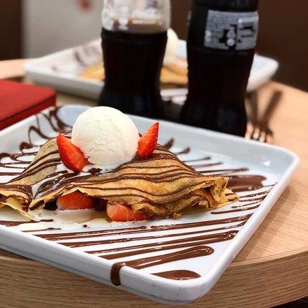 Solna, Suecia: Strawberry Crêpe served with ice cream