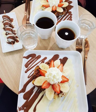 Solna, Suecia: Drottning Waffle (Queen Qaffle) with white and milk chocolate, fresh fruits and ice cream