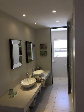 Christiana Lodge : Bathroom Sinks