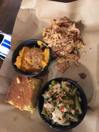 Glen Burnie, Мэриленд: Pulled pork, sweet potato mash, green beans, corn bread