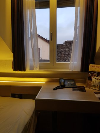 Hotel Alexander: Triple room - Window facing shopping/dining street