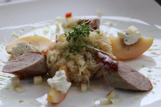 Sauerkrautsalat mit grober Bratwurst