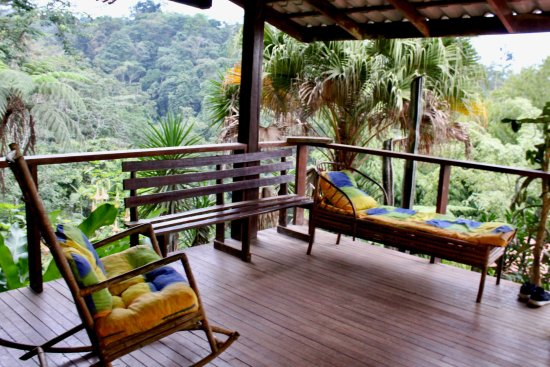 Princesa de la Luna Eco Lodge: Balcony (Plenty of comfy chairs & hammocks)