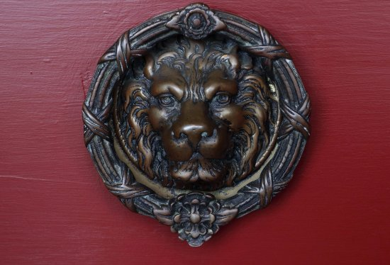Gideon Ridge Inn: Welcoming lion at the front door