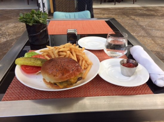 The Beverly Hilton: Beverly Hilton Grass Fed Beef Burger