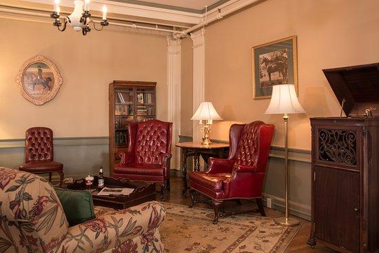 Middlebury Inn: Tavern seating area