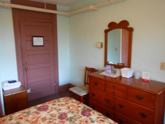 Gifford House Inn : The furniture was immaculate with plenty of storage, as well as the closet.
