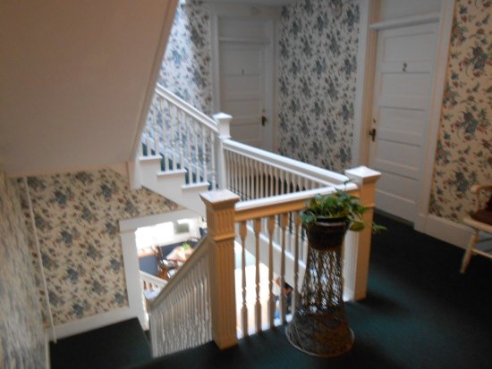 Gifford House Inn : The quaint stairwells and wallpaper made me feel like an honored guest in someone's home!