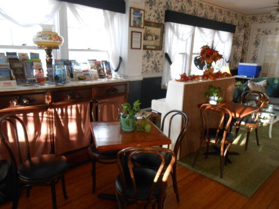 Gifford House Inn : The breakfast nook was light and airy, plenty of natural lighting, inviting guests to socialize.