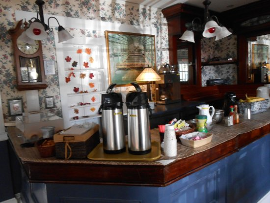 Gifford House Inn: Guests have a choice of juices, fresh fruit and breads for breakfast.